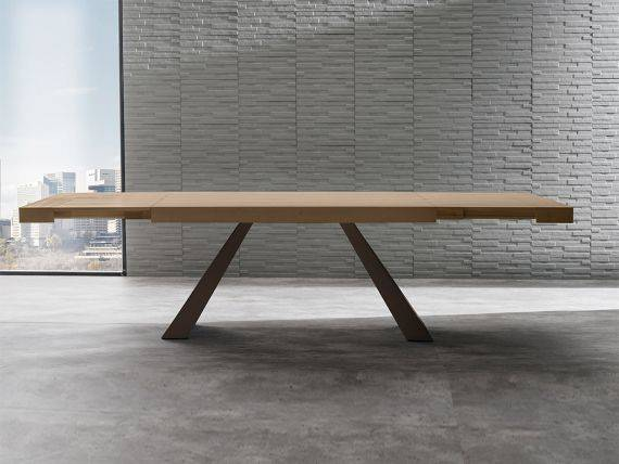 Draft extending table in wood