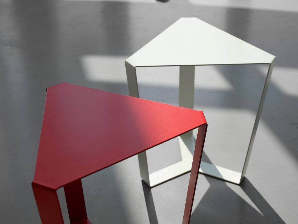 Table basse triangulaire en m tal finity - Table basse triangulaire ...