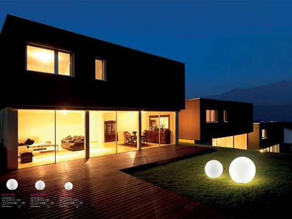 Sole outdoor ball-shaped light